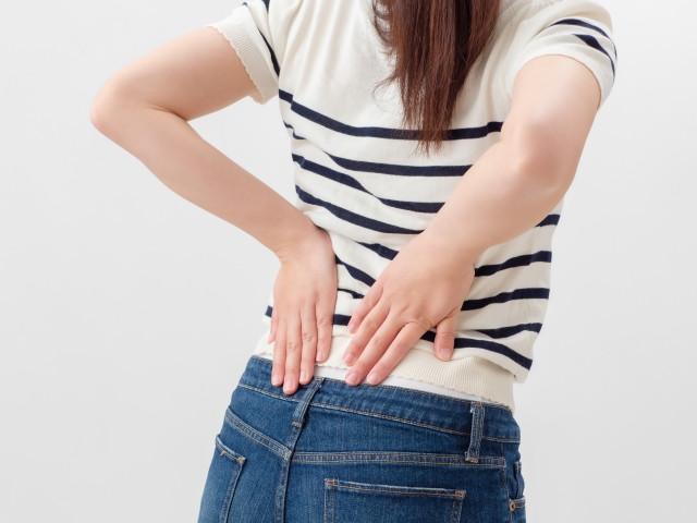 すべり症で痛みが出やすい姿勢の様子
