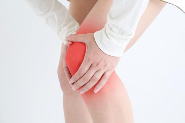 膝が痛い様子のイメージ